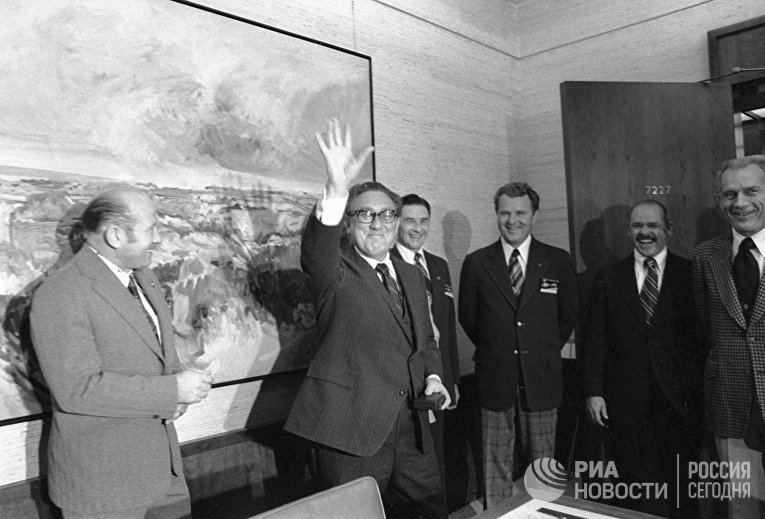 Алексей Леонов, Генри Киссинджер, Владимир Шаталов (четвертый слева), Д. Доннели, Дональд Слейтон.