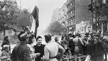 Мирные жители Варшавы и бойцы Красной Армии. Освобождение Польши. 1945 г.