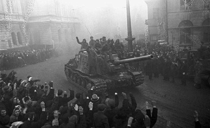 Освобождение 19 января 1945 г. войсками 1-го Белорусского фронта польского города Лодзь (Варшавско-Познанская операция). Встреча советских воинов жителями Лодзи
