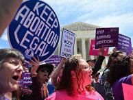 Участники митинга против запрета абортов в Вашингтоне