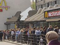 """Очередь в ресторан """"Макдоналдс"""" на Пушкинской площади в Москве. Открылся 31 января 1990 года."""