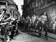 Население Праги встречает воинов Чехословацкого корпуса.