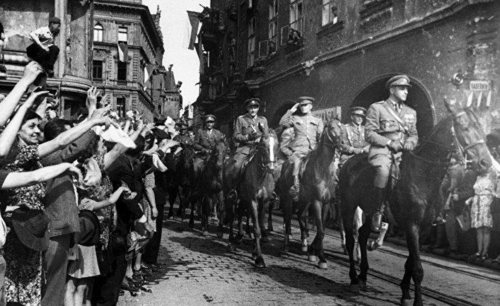 Население Праги встречает воинов Чехословацкого корпуса.. Май 1945 года.
