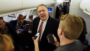 Госсекретарь США Майк Помпео беседует с журналистами на борту самолета, летящего в Лондон