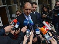 Кандидат в президенты Болгарии Румен Радев на избирательном участке в Софии