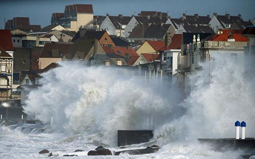 Волны во время шторма Киара в Вимере, Франция