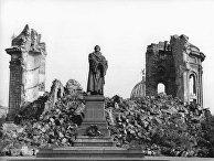 Руины собора Фрауэнкирхе и памятник Мартину Лютеру в Дрездене
