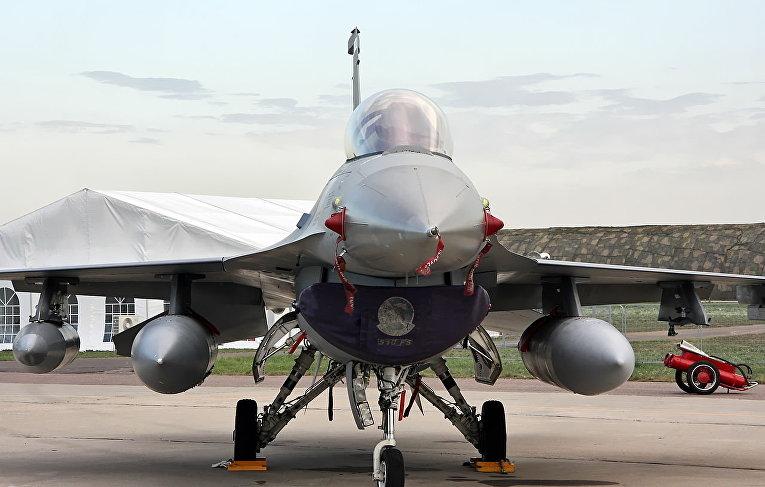 Американский многофункциональный лёгкий истребитель F-16 Fighting Falcon