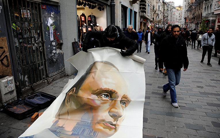 Российский художник и бывший мэр Архангельска Александр Донской с портретом президента России Владимира Путина в Стамбуле, Турция