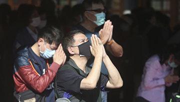 Люди молятся в храме Синь Тянь Конг в Тайбэе, Тайвань