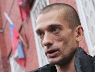 Художник Петр Павленский освобожден полицией из автозака у здания Тверского суда