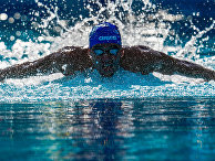 Спортсмен тренируется в бассейне