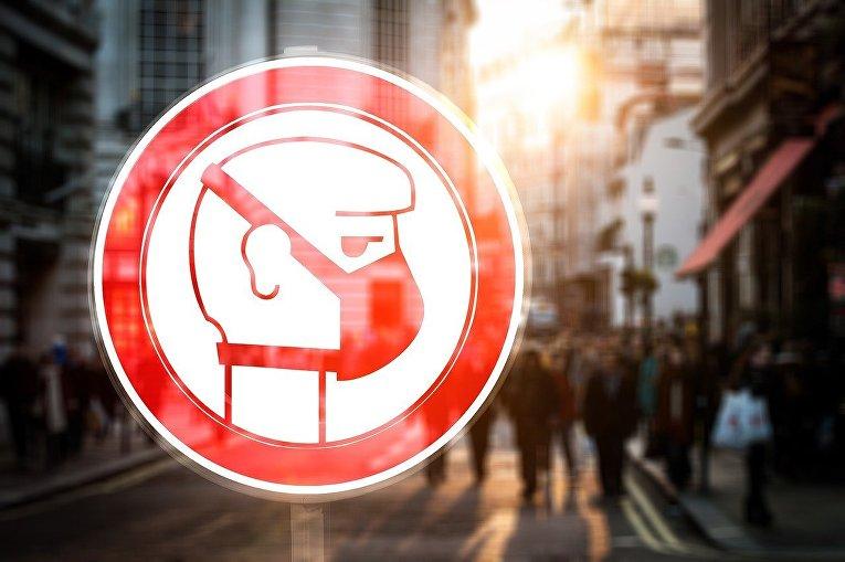 Знак с медицинской маской в городе
