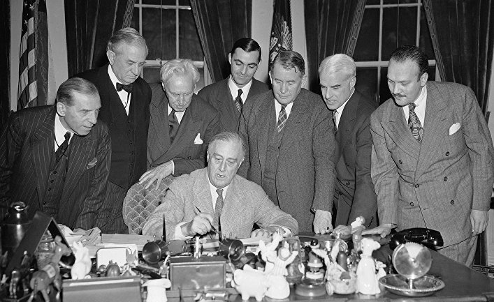 Президент США Франклин Рузвельт подписывает закон о продлении программы ленд-лиза