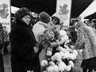 Местные жители продают цветы на рынке