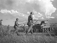 Советские бойцы под прикрытием танков идут в бой в районе реки Халхин-Гол, 1939 год