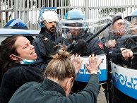 Родственники заключенных во время столкновений с полицией в Риме, Италия
