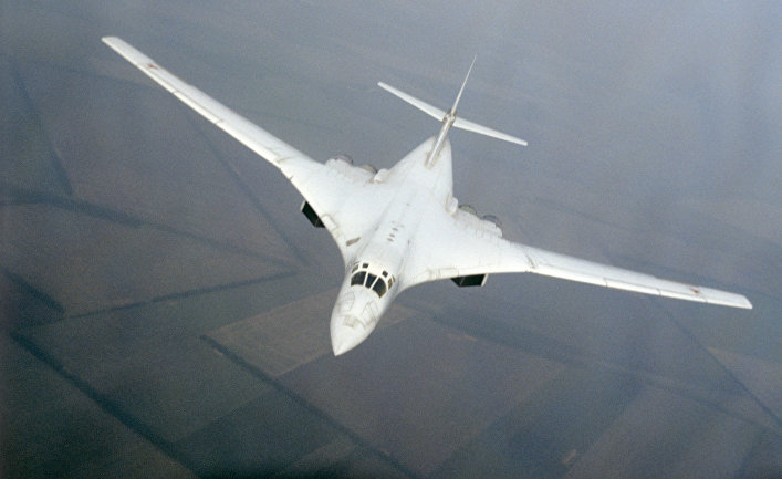 Советский сверхзвуковой стратегический бомбардировщик Ту-160 в воздухе