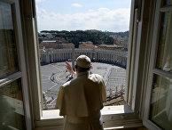 15 марта 2020. Папа римский Франциск благословляет пустую площадь перед Собором святого Петра в Ватикане
