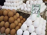 Продажа куриных яиц на рынке.