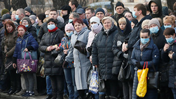 Пассажиры на автобусной остановке в Киеве