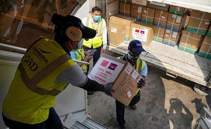 Коробки с медикаментами, предоставленными КНР в качестве помощи в аэропорту Пномпеня в Камбодже