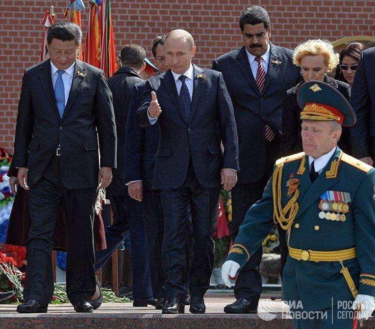 Председатель Китайской Народной Республики Си Цзиньпин (слева), президент России Владимир Путин (в центре), президент Республики Венесуэла Николас Мадуро (справа)