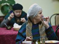 """Посетители кафе """"Добродомик"""" на Тушинской улице в Москве."""