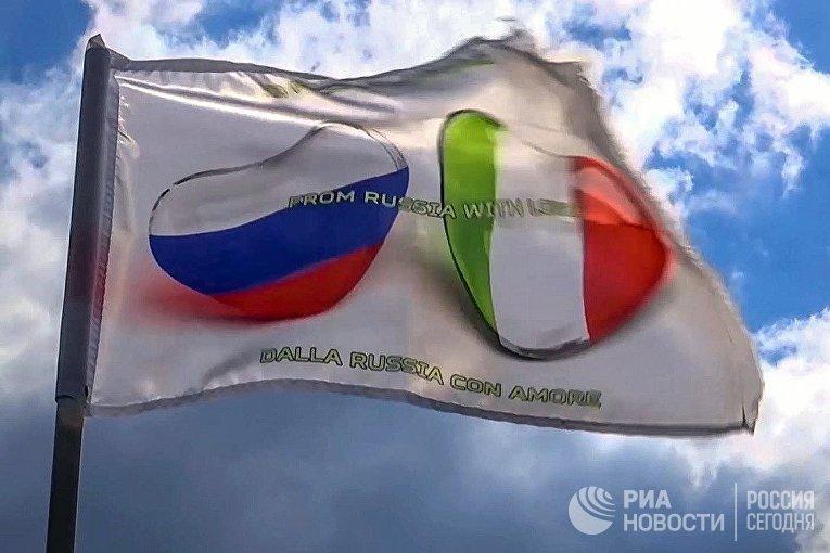 Колонна техники с российскими военными медиками во время марша в Бергамо