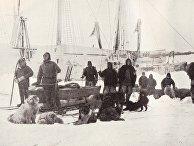 Третий и окончательный старт Нансена и Юхансена 14 марта 1895 года. Нансен — второй слева, Юхансен — второй справа