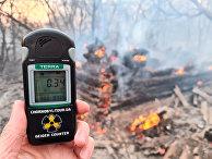 Счетчик Гейгера на месте пожара в зоне отчуждения вокруг Чернобыльской АЭС