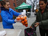 Волонтеры раздают продукты нуждающимся в Нью-Йорке, США