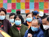 Люди смотрят объявления о приеме на работу в Циндао, провинция Шаньдун, Китай.