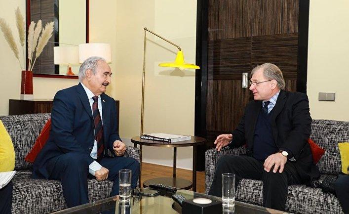 Верховный главнокомандующий Ливийской национальной армии Халифа Хафтар и посол США в Ливии Ричард Норланд