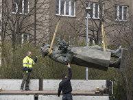 Рабочий проводит демонтаж памятника Ивану Коневу в Праге, Чехия