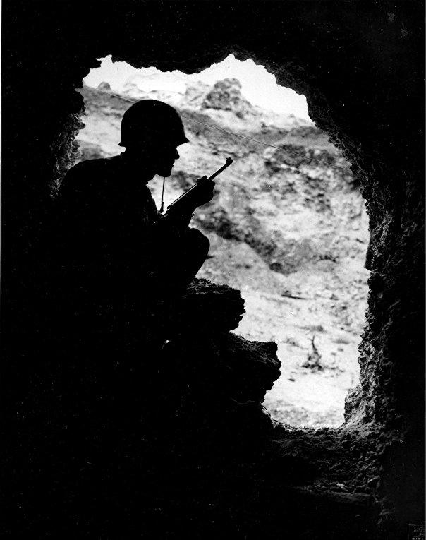 Американский солдат в пещере во время боев на Окинаве, 1945 год