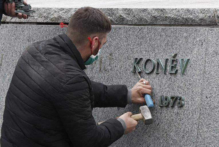 Рабочий снимает табличку с постамента памятника Ивану Коневу в Праге
