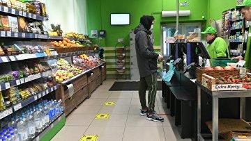 Разметка для соблюдения дистанции в связи с распространением коронавируса в магазинах Москвы и МО