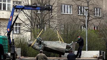 Рабочие проводят демонтаж памятника Ивану Коневу в Праге, Чехия