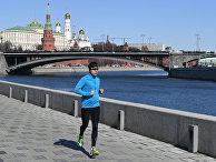 Мужчина бежит по Пречистенской набережной в Москве