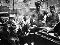 Великая Отечественная война. 1941-1945 гг. Советские солдаты раздают еду жителям Берлина. Германия. 1945 г.