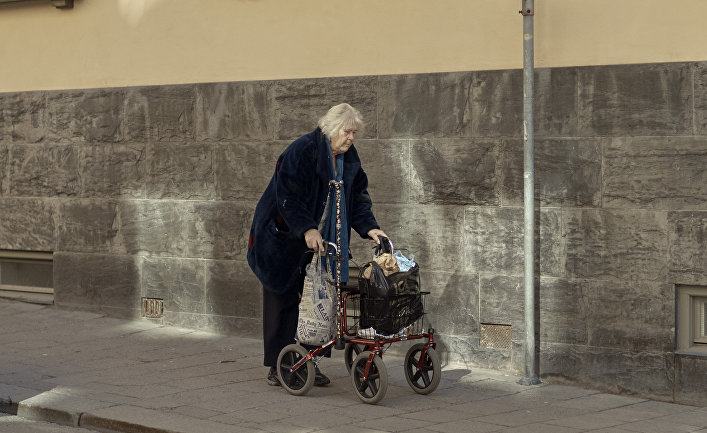 4 апреля 2020. Пожилая женщина с тележкой, Стокгольм, Швеция