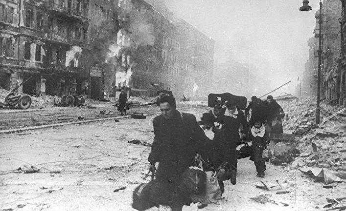 На улице Берлина 2 мая, 1945 года. Великая Отечественная война 1941-1945 годов.