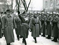 Видкун Квислинг (слева) и рейхскомиссар Йозеф Тербовен инспектируют строй полицейских офицеров в 1942 году