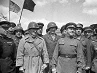 Советские и американские офицеры во время митинга по случаю встречи на Эльбе