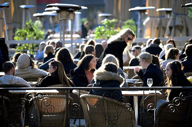 Посетители кафе в Стокгольме, Швеция