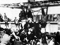 Тела Муссолини и Карлы Петаччи подвешены за ноги на площади в Милане, Италия