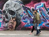 Жители Бруклина идут мимо граффити, посвященного коронавирусу, Нью-Йорк, США