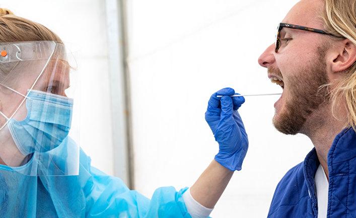 Медик берет анализ на коронавирус у мужчины в больнице Лунда, Швеция