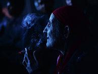 Пожилая женщина на цыганской свадьбе в таборе